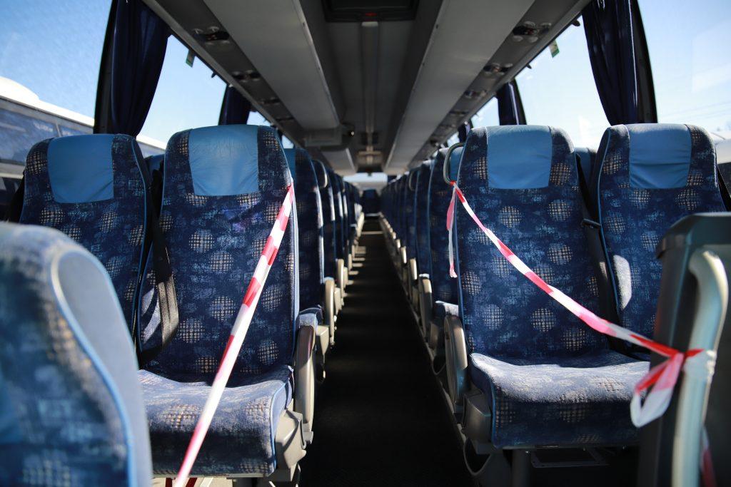 Etupenkit poissa käytöstä koronavirusepidemiasta johtuen busseissa